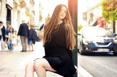 Potomstwo dosyć modna caucasian dziewczyna pozuje przy Europa miastem Zdjęcie Stock