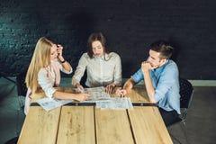 Potomstwo drużyna coworkers ogląda storyboard dla mknącego wideo w nowożytnym coworking biurze Praca zespołowa proces Horyzontaln Obraz Royalty Free