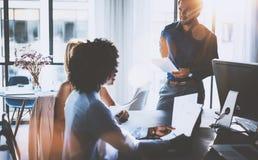 Potomstwo drużyna coworkers robi wielkiej biznesowej dyskusi w nowożytnym coworking biurze Latynoski biznesmen opowiada z zdjęcie stock