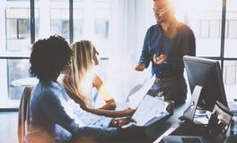 Potomstwo drużyna coworkers robi wielkiej spotkanie dyskusi w nowożytnym coworking biurze Latynoski biznesmen opowiada z dwa zdjęcia stock