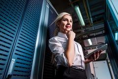 Potomstwo inżyniera bizneswoman w serweru pokoju Zdjęcie Royalty Free