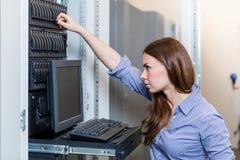 Potomstwo inżyniera kobieta pracuje za zarządzanie konsolą Zdjęcia Royalty Free