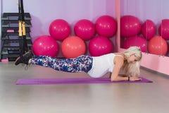 Potomstwo kobiety ciężarny atrakcyjny szkolenie z trx sprawności fizycznej patkami w gym ` s studiu zdjęcie stock