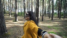 Potomstwo kobiety dosyć szczęśliwy model ono uśmiecha się i Biega w parku Zdrowy Styl życia zdjęcie wideo