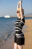 Potomstwo kobiety zrelaksowany odprowadzenie przy seashore Obraz Royalty Free