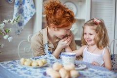 Potomstwo matka całuje jej córki małą rękę Obraz Stock