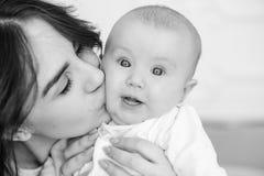 Potomstwo matka całuje jej dziewczynki, w górę obrazy royalty free