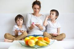 Potomstwo matka dwa chłopiec, trzyma pozytywnego ciążowego test, dwa c Obrazy Royalty Free