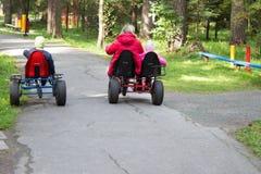 Potomstwo matka i jej dzieci podróżujemy bicyklem pogodny gre zdjęcie royalty free