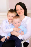 Potomstwo matka indoors i dwa małego syna zdjęcie stock