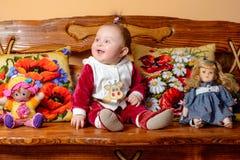 Potomstwo matka jest uradowanym mieniem mały dziecko w ona ręki fotografia stock
