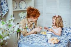 Potomstwo matka opowiada z jej małą córką na kuchni Zdjęcia Stock