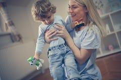 Potomstwo matka sztukę z jej chłopiec W Drodze Zdjęcia Royalty Free