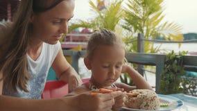 Potomstwo matka uczy jej ślicznej małej córki jeść z chopsticks zbiory wideo