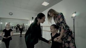 Potomstwo matka wita nauczyciela dzieciaka tana klasa Macierzysty prowadzenie taniec klasa jej córka Pierwszego kroka baleta klas zbiory