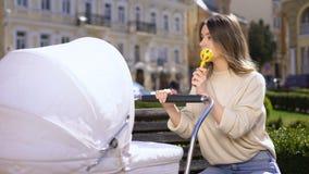 Potomstwo matki brzęku zabawki uczucie męczył bawić się z dzieckiem, wychowywający skołowanie zdjęcie wideo