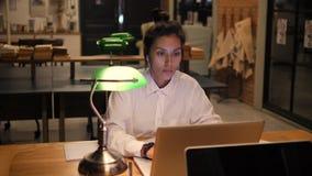 Potomstwo Mieszająca Biegowa Biznesowa kobieta Pracuje na laptopie w biurze przy nocą 4K zbiory