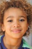 Potomstwo mieszająca biegowa chłopiec z kędzierzawym włosy fotografia stock