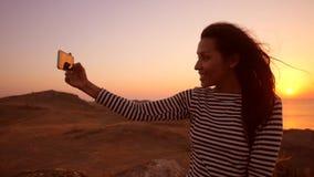 Potomstwo Mieszająca Biegowa dziewczyna Bierze Selfie fotografię Używać telefon komórkowego Podczas Zadziwiającego zmierzchu na t zbiory wideo