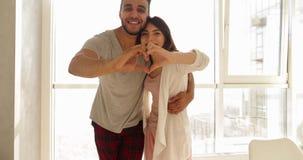 Potomstwo Mieszający Biegowego pary mieszkania ranku Duży Nadokienny światło słoneczne, Śliczny Szczęśliwy Latynoski mężczyzna I  zdjęcie wideo