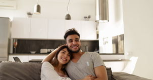 Potomstwo Mieszający Biegowy pary obsiadanie Na Powozowym Ogląda TV, Szczęśliwego Latynoskiego mężczyzna Azjatycka kobieta Rozoch zbiory wideo