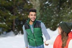 Potomstwo mieszanki rasy pary zimy Śnieżny Lasowy Plenerowy spacer Fotografia Stock