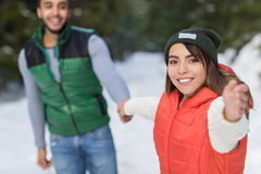 Potomstwo mieszanki rasy pary zimy Śnieżny Lasowy Plenerowy spacer Zdjęcia Royalty Free