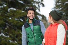 Potomstwo mieszanki rasy pary zimy Śnieżny Lasowy Plenerowy spacer Obrazy Royalty Free