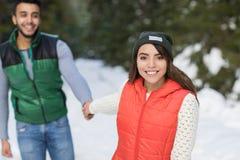 Potomstwo mieszanki rasy pary zimy Śnieżny Lasowy Plenerowy spacer Fotografia Royalty Free