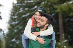Potomstwo mieszanki rasy pary zimy Śnieżny Lasowy Plenerowy spacer Zdjęcie Royalty Free
