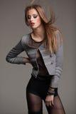 Potomstwo model ubierający z stylu pozować dramatyczny fotografia stock