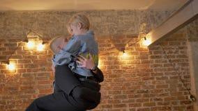 Potomstwo modnisia dosyć niezwykła dziewczyna skacze up na jej chłodno chłopaku, kontakt wzrokowy, związku pojęcie, cegła zbiory wideo