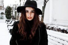 Potomstwo modnisia dziewczyny dosyć nowożytny czekanie na ławce przy zima śniegu parkiem samotnie, stylu życia pojęcia ludzie Zdjęcia Stock