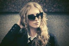 Potomstwo mody blond biznesowa kobieta w okularach przeciwsłonecznych na miasto ulicie zdjęcia royalty free