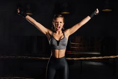 Potomstwo mody boksera dziewczyna z bokserskimi rękawiczkami krzyczy emocjonalnie wzrastający rękę zdjęcia royalty free