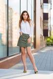 Potomstwo mody kobieta w białej bluzce i krótkiej spódnicie w miasto ulicie Obrazy Royalty Free