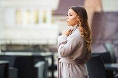 Potomstwo mody kobieta w jasnoróżowym żakieta odprowadzeniu w miasto ulicie zdjęcie stock
