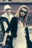 Potomstwo mody kobieta w okularach przeciwsłonecznych retro samochodem obrazy stock
