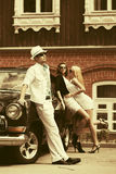 Potomstwo mody kobiety obok rocznika samochodu i mężczyzna obrazy stock