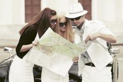 Potomstwo mody ludzie z drogową mapą obok retro samochodu Obrazy Stock