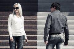 Potomstwo mody mężczyzna i kobieta flirtuje w miasto ulicie Zdjęcie Stock