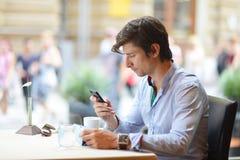 Potomstwo mody mężczyzna, modniś pije kawy espresso kawę w miasto kawiarni/ Fotografia Royalty Free