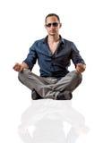 Potomstwo mody mężczyzna obsiadanie na białym tle Fotografia Royalty Free