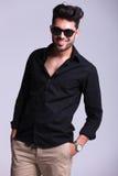 Potomstwo mody mężczyzna ono uśmiecha się z ręką w kieszeni Fotografia Stock