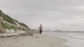 Potomstwo napad bawi się kobieta bieg na plaży Super zwolnione tempo stabilizatoru strzały zdjęcie wideo