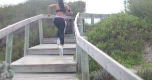 Potomstwo napad bawi się kobiety jogging na krokach Super zwolnione tempo stabilizatoru strzały zdjęcie wideo