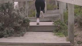 Potomstwo napad bawi się kobiety jogging na krokach Super zwolnione tempo stabilizatoru strzały zbiory