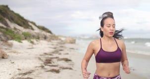 Potomstwo napad bawi się kobiety jogging na plaży 4k zwolnionego tempa stabilizatoru strzał zbiory