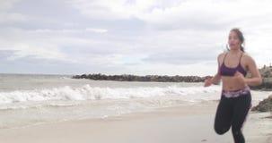 Potomstwo napad bawi się kobiety jogging na plaży 4k zwolnionego tempa stabilizatoru strzał zdjęcie wideo