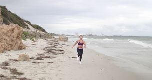 Potomstwo napad bawi się kobiety jogging na plaży 4k zwolnionego tempa stabilizatoru strzał zbiory wideo